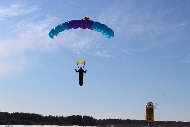 Прыжок с парашютом Лесник-3 Валерия Романова.jpg