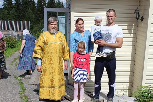 Валерий Романов с дядей Василием Тороповым, супругой Татьяной и дочерями.jpg