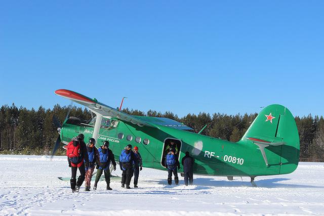 Посадка группы парашютистов в самолет.jpg