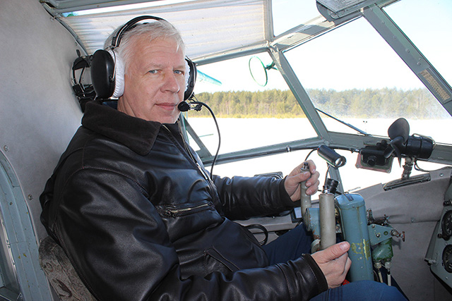 Юрий Иванцов в кабине пилота АН-2.jpg