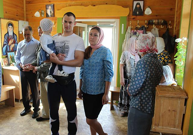 Валерий Романов с семьей в храме Блаженной Ксении Петербургской.jpg