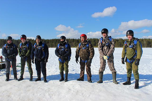 Роман Фредина (третий справа) в составе группы парашютистов-пожарных.jpg