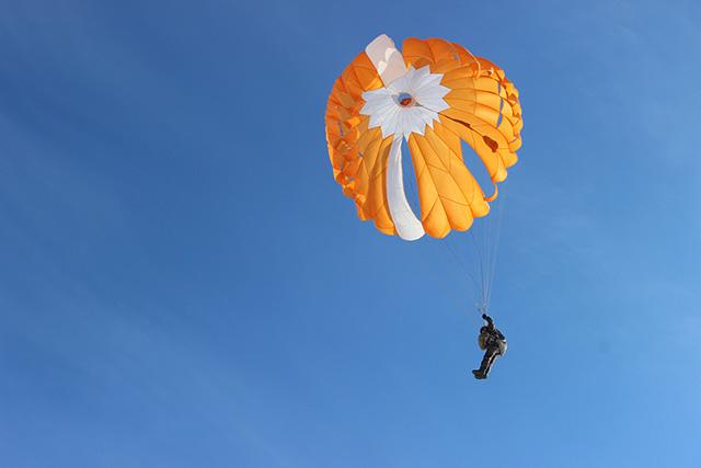 Прыжок с парашютом ПТЛ-72.jpg