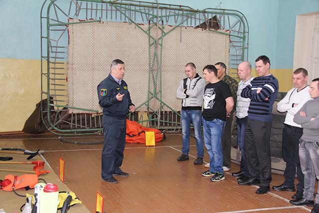 Станислав Афанасьев проводит обучение парашютистов-пожарных.jpg