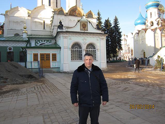 Станислав Афанасьев у Серапионовой палаты Троице-Сергиевой лавры.jpg