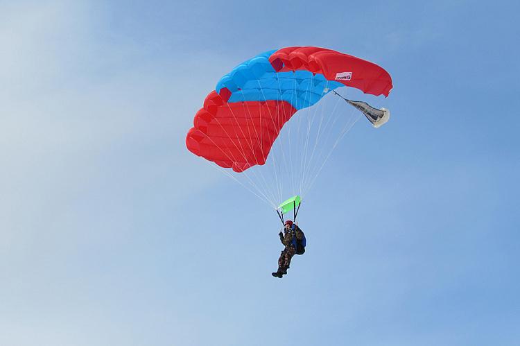 Роман Фредина совершает тренировочный прыжок на Леснике-3.jpg